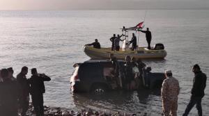 """غرق سيارة """"لاند كروزر"""" في البحر الميت  .. (فيديو)"""