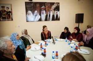 الملكة : المبادرات الآتية من المجتمع تكون أنجح (صور)