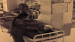 امرأة تنشل رضيعا من أمه في 10 ثوان فقط ! (فيديو)