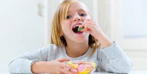 هكذا تتخلصي من إدمان طفلكِ على السكريات