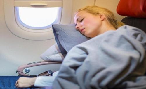 تحذير من مخاطر النوم بالطائرة