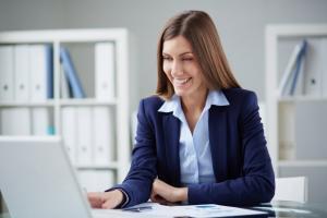 نصف موظفي الدوائر الحكومية نساء