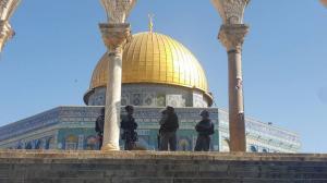 """عدوان اسرائيلي على الأقصى وإغلاق """"القبلي""""بالسلاسل"""