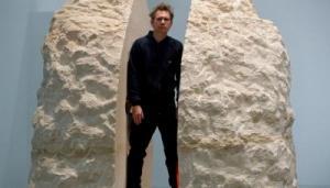 فنان فرنسي يقرر العيش داخل حجر لمدة أسبوع