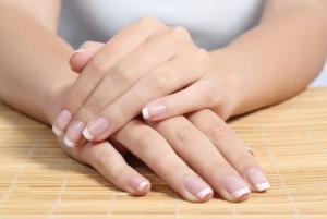 5 طرق طبيعية لأظافر بيضاء جميلة