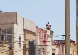 بسبب خلافه مع صديقته… قوات الإطفاء تنقذ رجلا عاريا فوق سطح منزل