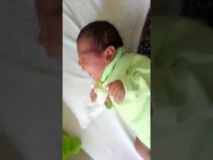 فيديو مؤسف ..  سيدة تعتدي بالضرب المبرح على طفلها