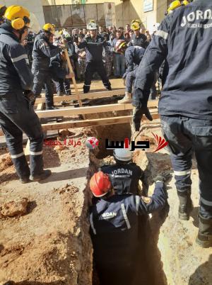 انهيار حفرة على عمال في خريبة السوق (صور)