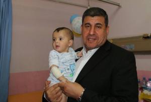 """النائب السعود يوزع الهدايا على الأطفال المرضى في """"البشير""""(صور)"""