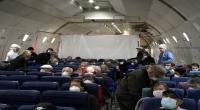 """إجلاء مصابين بـ""""كورونا"""" على متن طائرة ممتلئة بالأصحاء"""