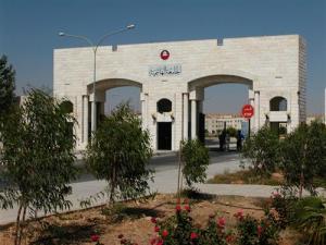 اعتصام طلابي امام جامعة الهاشمية احتجاجاً على فصل عبيدات