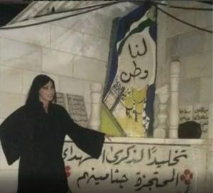 مومس صهيونية تنتهك قبور الشهداء بفلسطين وتلتقط الصور بجانبهم (صور)