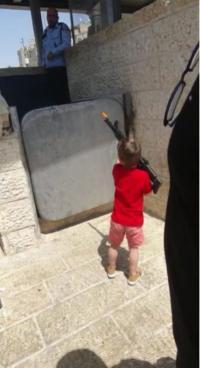 القدس  ..  صمتت بنادق العرب وتكلمت بندقية هذا الطفل (فيديو)