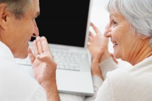''فيسبوك'' ..  يكسر وحدة كبار السن ويشعرهم بالسعادة