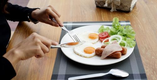 تناول البيض في وجبة الإفطار يدعم الدماغ ويقي من الخرف
