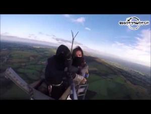 مغامران يتحديان الموت عبر تسلق مخيف - فيديو
