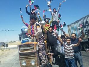 مركبات مزينة بالعلمين الاردني والثورة العربية تجوب شوارع معان (صور)