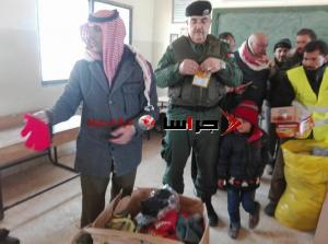 بلدية أم الرصاص توزع مساعدات على الأسر التي تقطعت بها السبل (صور)