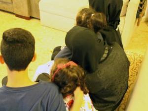 اردنية في الامارات : زوجي طلقني وتركني واولادي وهرب بجوازات سفر