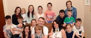 أكبر أسرة بريطانية تحتفل بوليدها الـ19 وتحلم بالمزيد