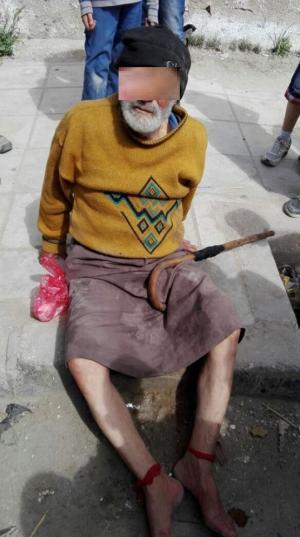 الزرقاء: ابناء يقيدون والدهم بالحبال ويلقون به في الشارع (صور)