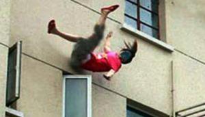 اصابة فتاة اثر سقوطها عن سطح منزل بجرش