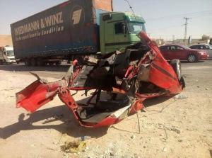 مركبة تنقسم الى نصفين اثر حادث تصادم في عمان (فيديو)