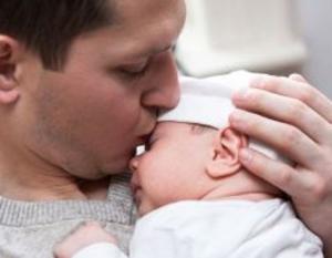 هل من اضرار لتقبيل الآخرين لطفلك الرضيع؟