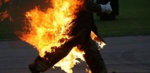 شاب يهدد بحرق نفسه في عبدون