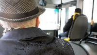 مسن يعتدي بوحشية على سائقة حافلة! (فيديو)