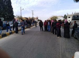 ماعين ..  مواطنون يعترضون حافلة عمال احتجاجاً على عدم تشغيل ابنائهم