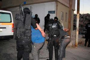 معان  ..  القبض على 3 اشخاص بمداهمة مكافحة المخدرات لمنزلهم