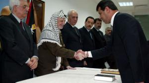 """""""العاشرة العبرية"""": عباس زودنا بوثيقة تقر بقتل دحلان لعرفات"""