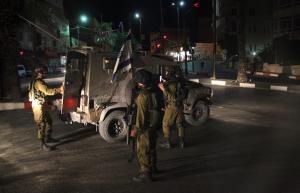 اعتقال 16 فلسطينيا خلال مداهمات بالضفة الغربية