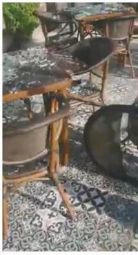 """مجهولون يحطمون محتويات """"كوفي شوب"""" بإربد (فيديو)"""