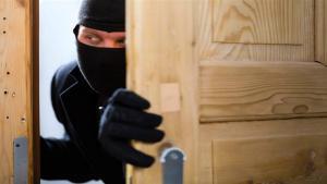 القبض على لصين سرقا 12 ألف دينار من أحد المنازل