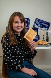 طفلة تعيش 10 سنوات على الخبز فقط (صور)