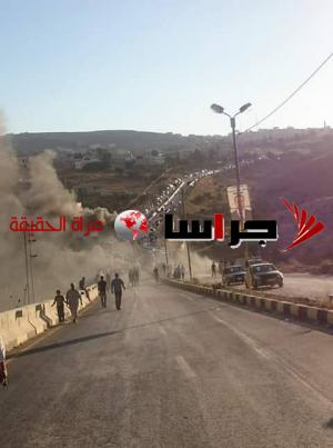 محتجون يغلقون طريق وادي الجرون باربد (صور)