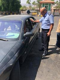 شاهد كيف استمع رجل الأمن لشكوى أحد ذوي الإحتياجات الخاصة بالعقبة (صور)