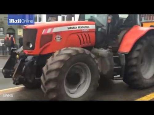 """مزارع غاضب يفرغ 5 أطنان """"طين"""" أمام محكمة (فيديو)"""