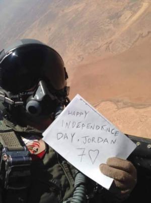 صقر من سلاح الجو يحتفل بالاستقلال بطريقته الخاصة (صورة)