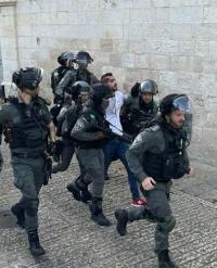 الإحتلال يعتدي مجددا على المصلين قرب أبواب الأقصى
