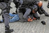 الاحتلال يعتدي على شاب ووالده قبيل اعتقالهما في القدس