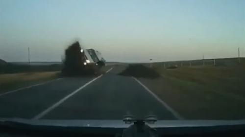 سيارة تطير في الهواء وتصطدم بأخرى! (فيديو)