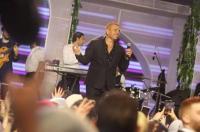 """عمرو دياب يشعل مواقع التواصل بـ""""نيو لوك"""""""