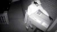كاميرا مراقبة تسجل محاولة قتل بأسلوب غير مسبوق! (فيديو)