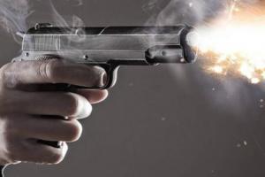 هدد باطلاق النار على نفسه فخرجت رصاصة وقتلت جده