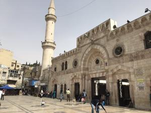 دعوة لاستخدام ساحات المساجد للصلاة
