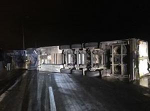 """عمان: تدهور """"تريلا"""" يغلق طريق المية ..  والامن يحوّل السير (صور)"""
