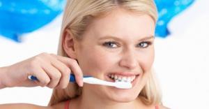 فرك الأسنان يضر بها ..  ولا يحارب التصبغات